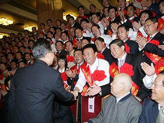 2007年9月27日,温家宝总理与河南省唯一民营煤矿煤炭工业劳动模范袁占国亲切握手
