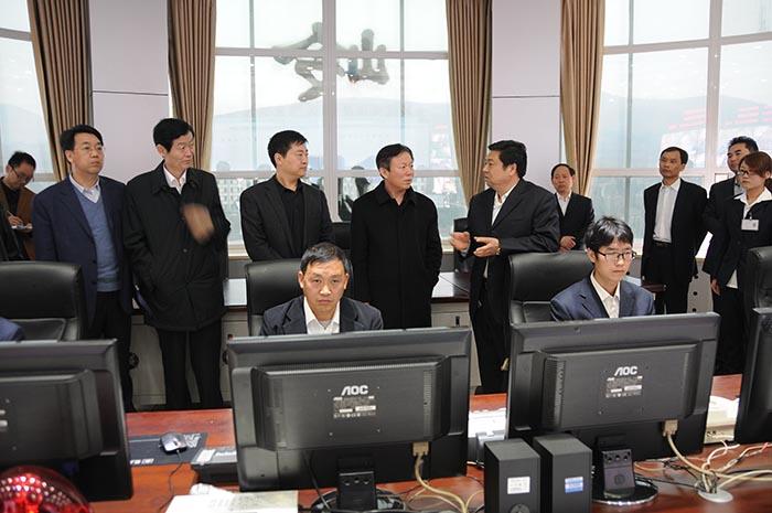 2014年3月19日,国家安全监管总局党组成员、副局长徐绍川一行在磴槽韦德国际网企业金岭煤业生产调度中心检查指导工作