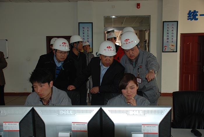 2013年3月10日,国家工信部原材料司苗治民副司长(右二)到登封宏昌调研
