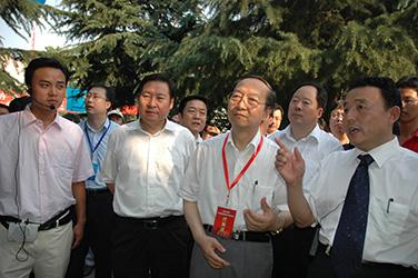 2007年7月10日,李毅中部长在磴槽韦德国际网视察工作