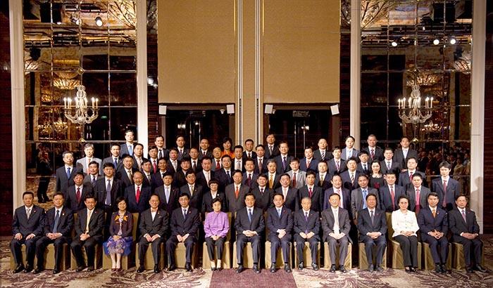 2009年11月13日,国家主席胡锦涛接见参加2009新加坡APEC峰会的中国企业家代表团并合影留念(董事长袁占国位于后排居中位置)