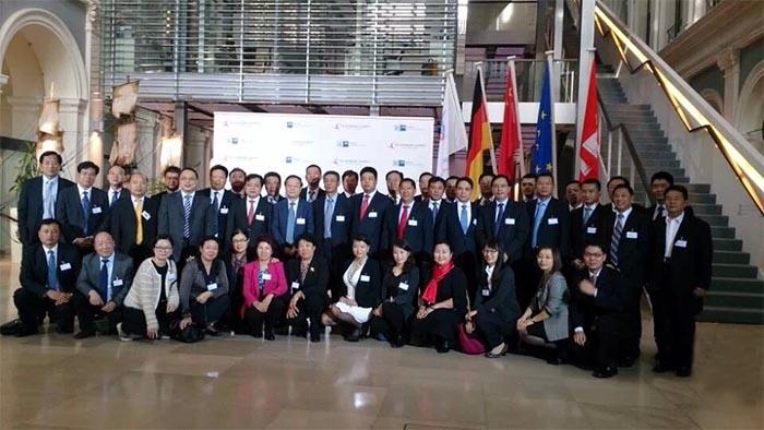 2014年10月9日-14日,国务院总理李克强访欧期间,董事长袁占国(二排右一)与中国工业经济联合会代表团合影