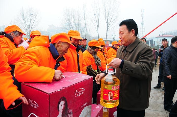 2014年1月8日,袁占国董事长向登封最美清洁工颁发慰问品