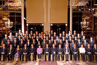 袁占国董事长随中国企业家代表团参加2009年新加坡APEC峰会期间,与国家主席胡锦涛以及其他领导人等合影留念