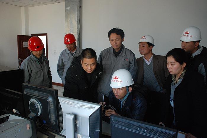 2013年12月6日,国家环保部环境监察局华南督察中心何焱处长一行到登封宏昌检查工作